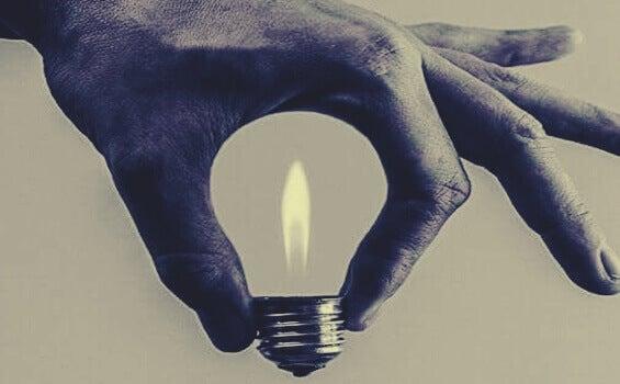 Mão segurando lâmpada