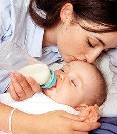 Mãe dando mamadeira para o filho