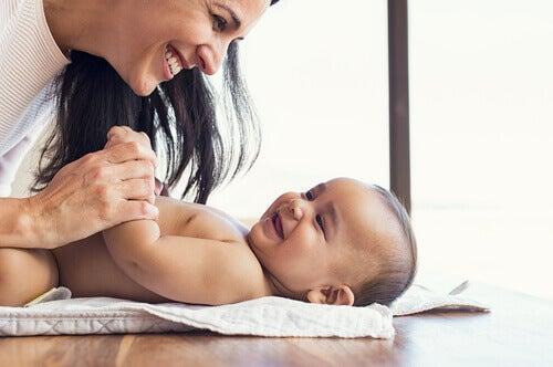 Mãe brincando com seu bebê