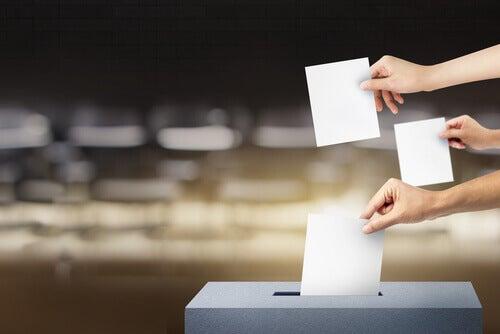 Pessoas votando nas eleições