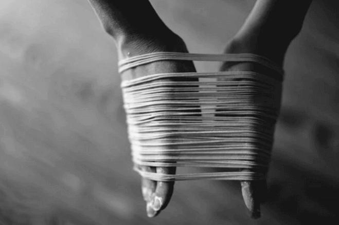 Mãos com fios em volta