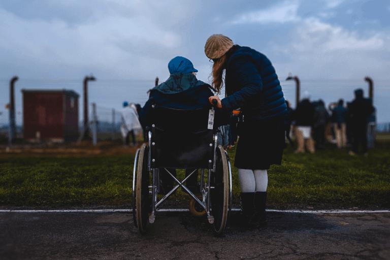 Mulher apoiando amiga com deficiência