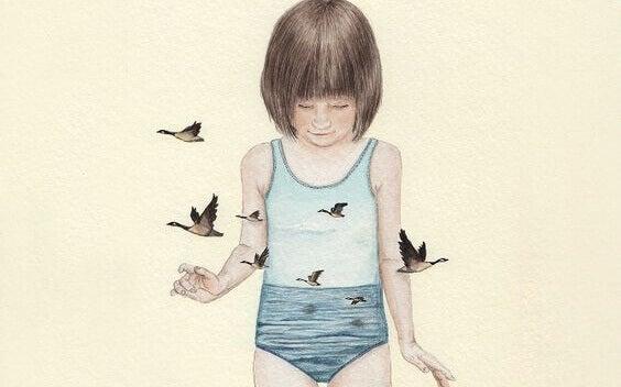 Criança com maiô mostrando mar e gaivota