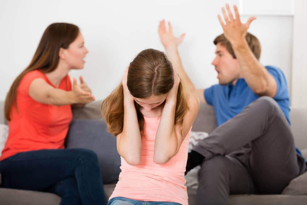 Filha sofrendo com brigas dos pais