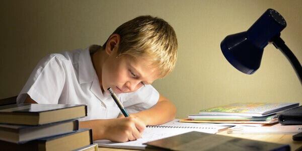 Menino fazendo suas tarefas escolares