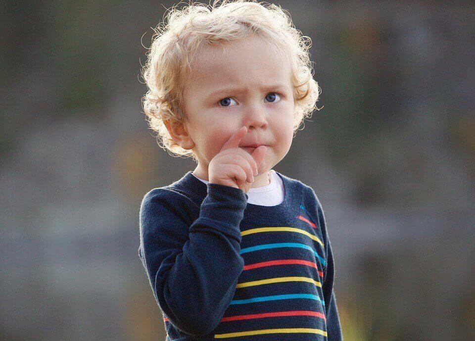 Criança observando atentamente