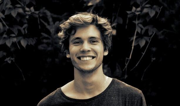 Homem jovem sorrindo