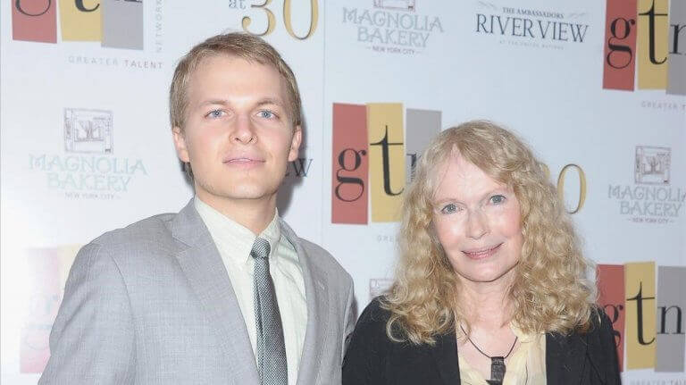 Mia Farrow e seu filho