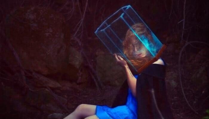 Mulher com a cabeça em cilindro transparente