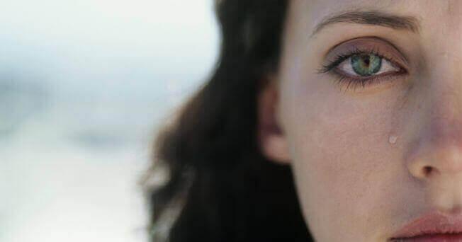 Lágrima no rosto de mulher