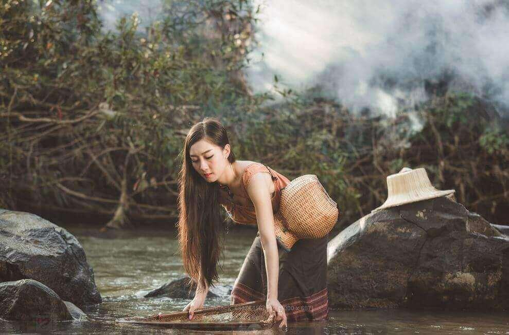 Mulher trabalhando em rio