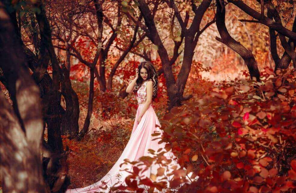Mulher em floresta vermelha