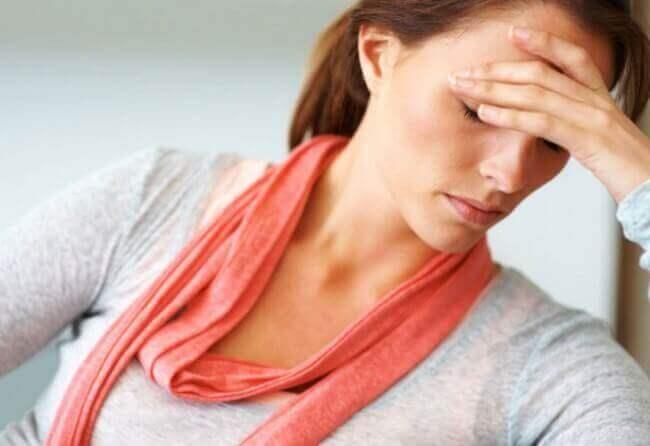 Mulher com dor de cabeça sofrendo de fadiga crônica