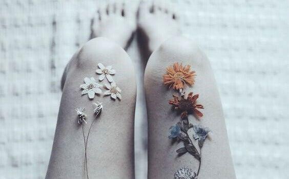 Mulher com flores nas coxas