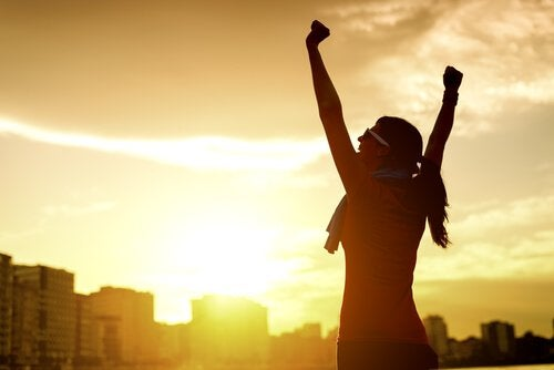 Mulher feliz com suas conquistas
