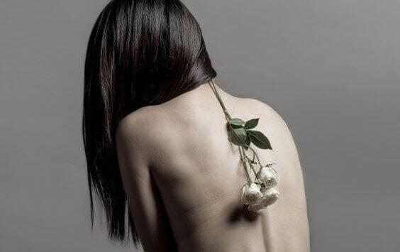 Mulher com ramo de flores nas costas