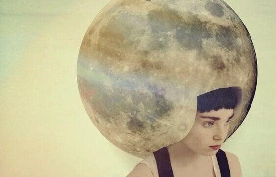 Mulher com lua cheia na cabeça