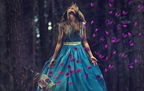 Mulher com borboletas na floresta