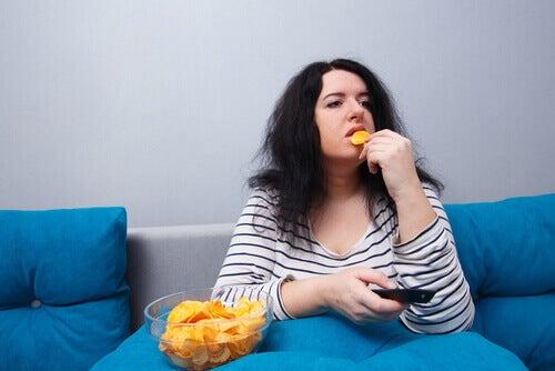 Mulher comendo batata chips
