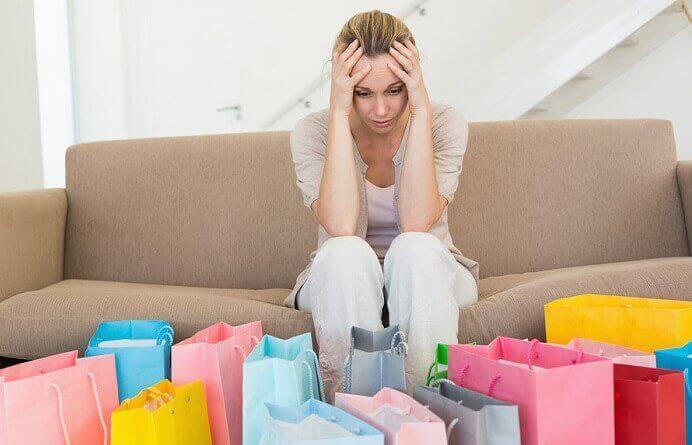 Mulher compradora compulsiva