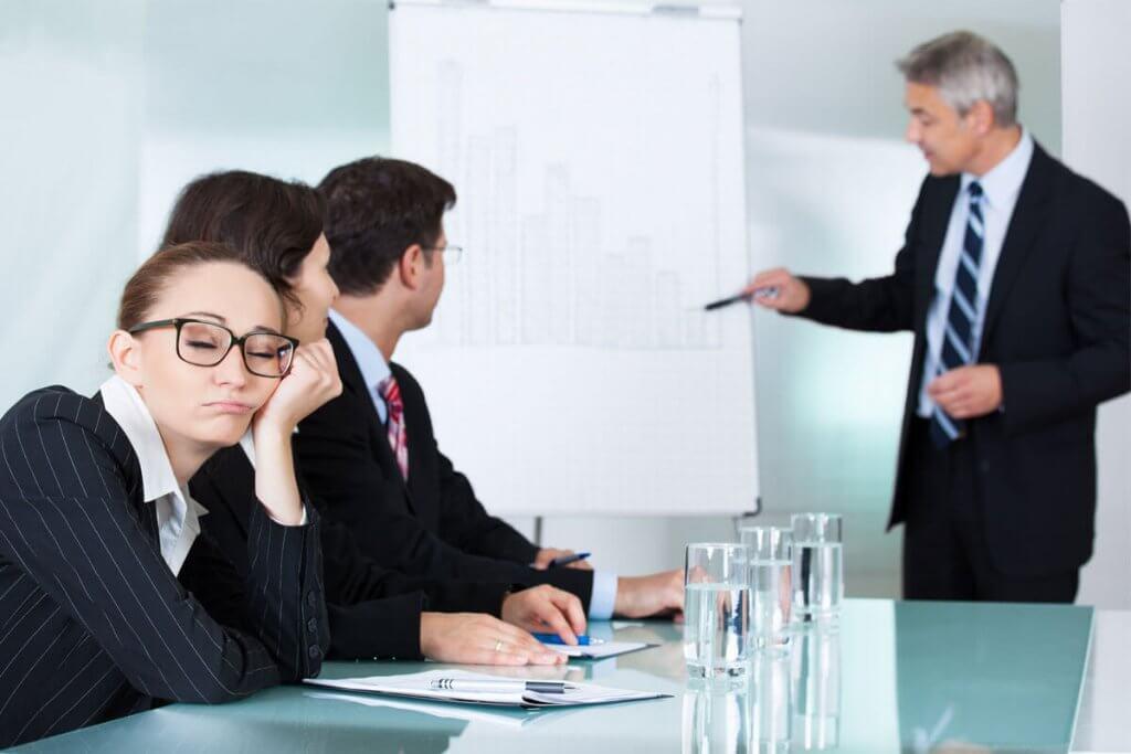 Mulher cochilando durante reunião