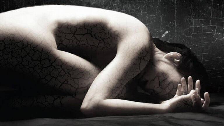 Mulher angustiada deitada
