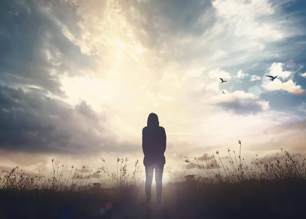 Pessoa sozinha em campo