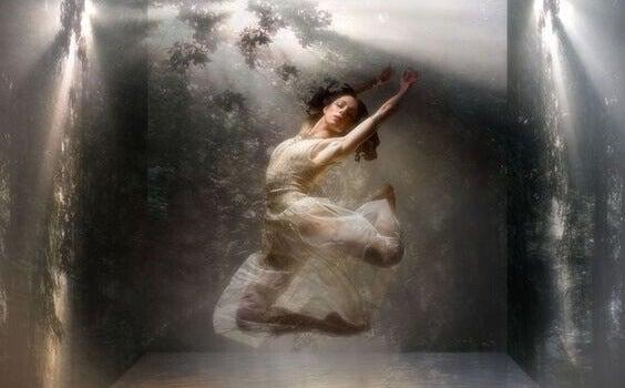 Mulher flutuando e dançando