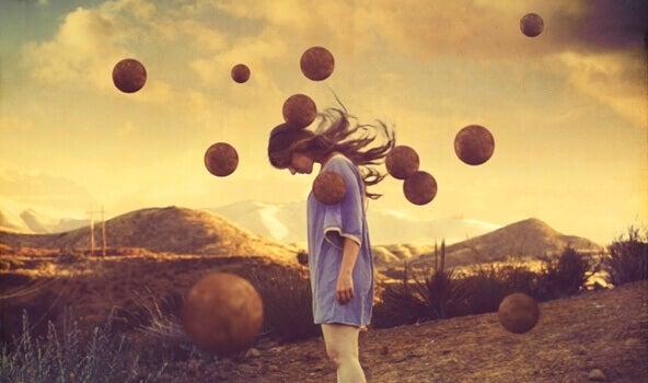 Mulher com bolas flutuando ao seu redor