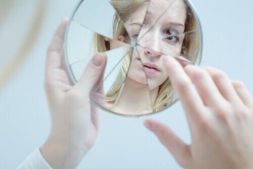 Menina se olhando em espelho fragmentado