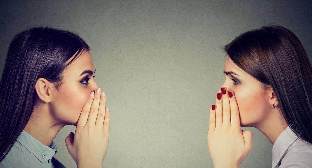 Mulheres contando segredos