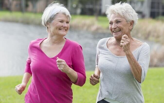 Amigas idosas fazendo exercícios