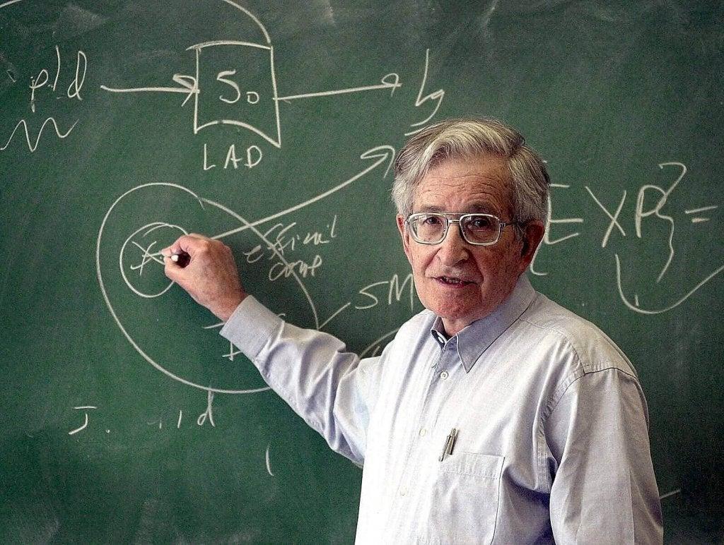 Noam Chomsky escrevendo em lousa