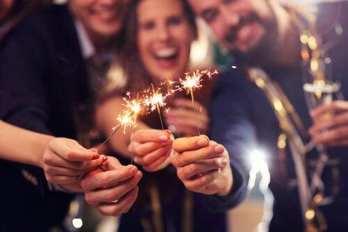 Pessoas comemorando a chegada de um novo ano