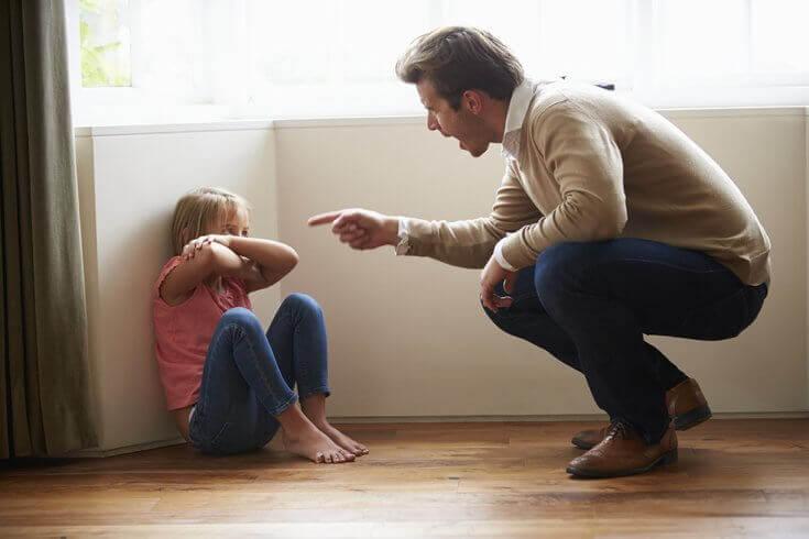 Pai brigando com a filha pequena
