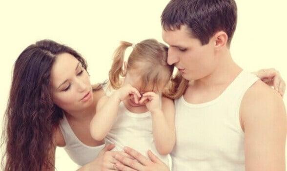 Pais com sua filha chorando