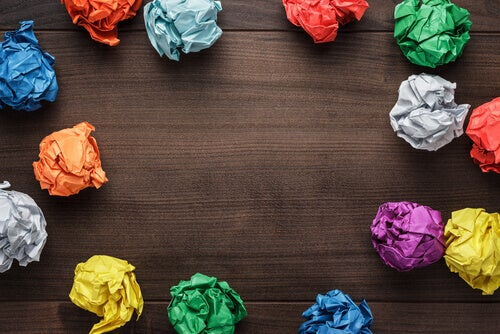 Papéis coloridos amassados