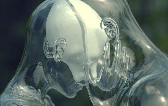 Casal transparente com as cabeças unidas