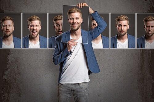 Homem segurando cartaz com seu rosto