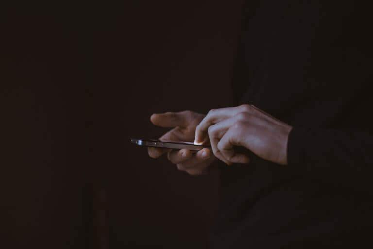 Pessoa com celular na mão