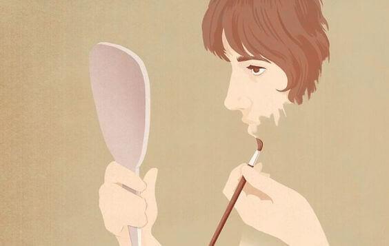 Mulher se pintando diante do espelho