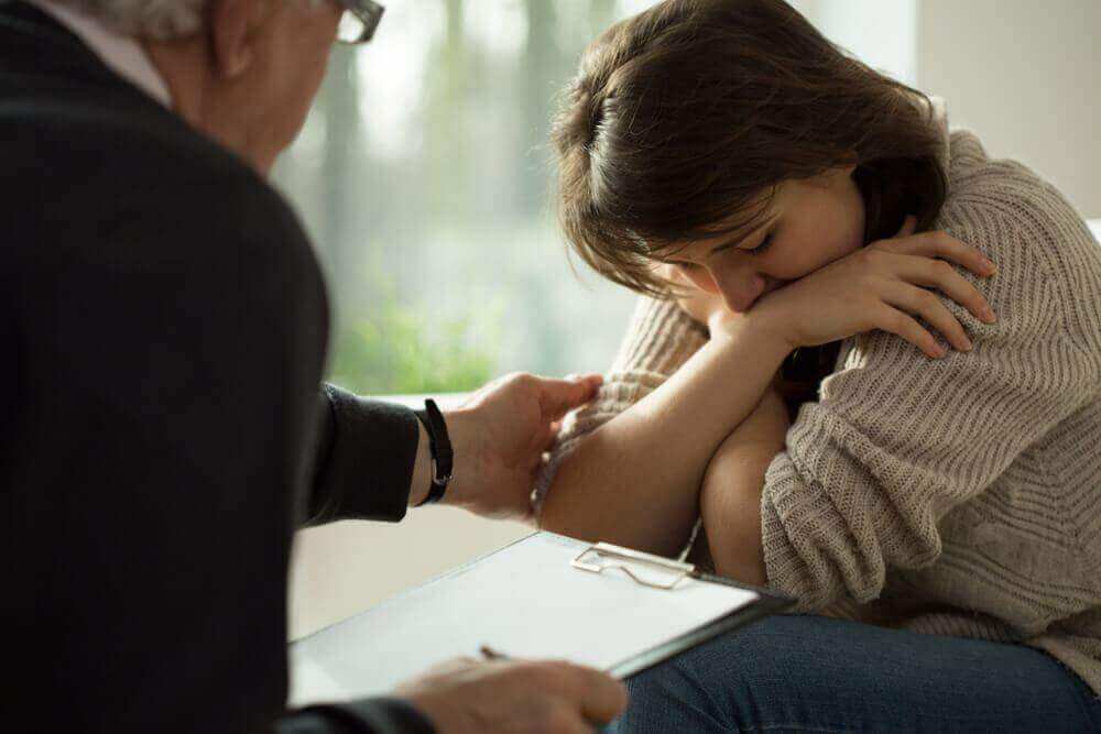 Terapeuta ajudando sua paciente