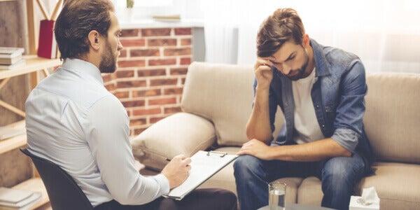 Homem em sessão com seu psicólogo