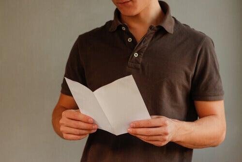Homem lendo cédula de voto