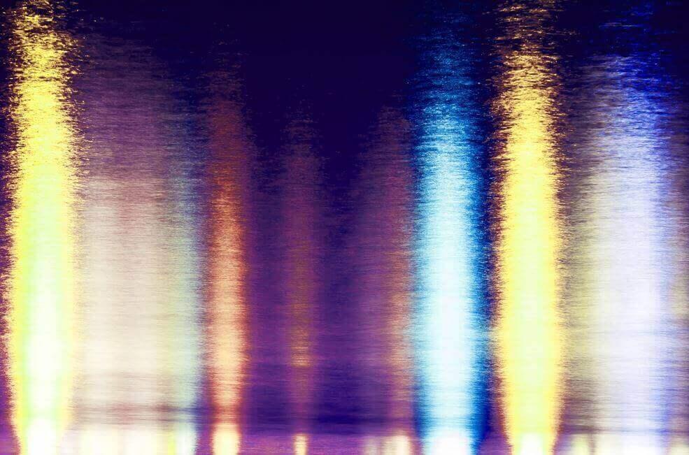 Reflexo das luzes na água