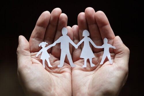 Mãos segurando recortes de família