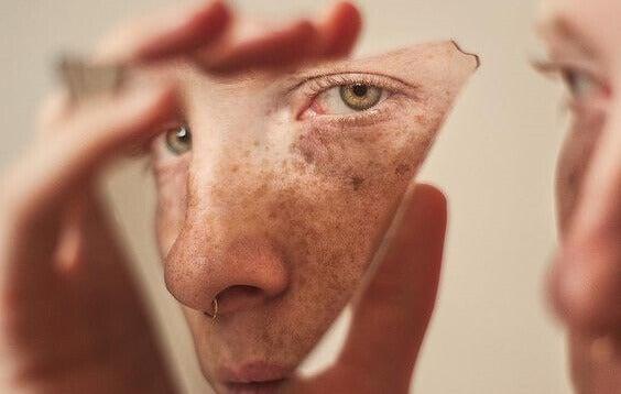 Reflexo do rosto em vidro quebrado