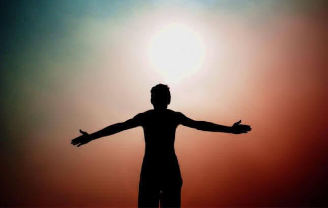 Homem diante do sol
