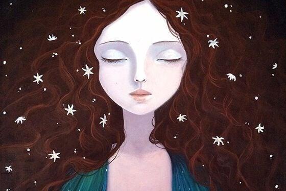Mulher de olhos fechados apreciando seu tempo sozinha