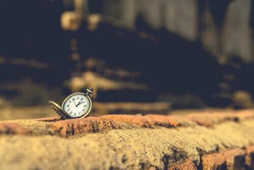 Relógio em cima de muro de tijolos